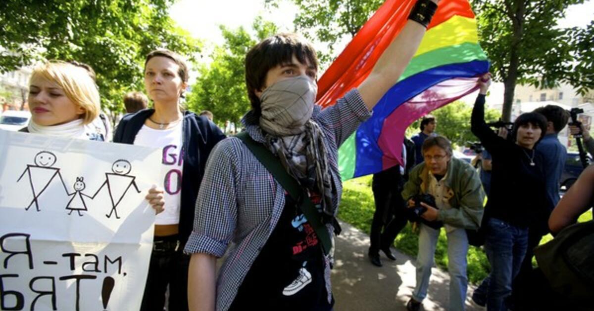 Russland: Lov som fremmer homohat må stanses!   Amnesty